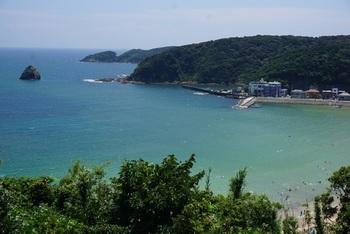 透明度の高いの碧い海。入江にあるため波は静か。浜の端には岩場もあり磯遊びも楽しめる。