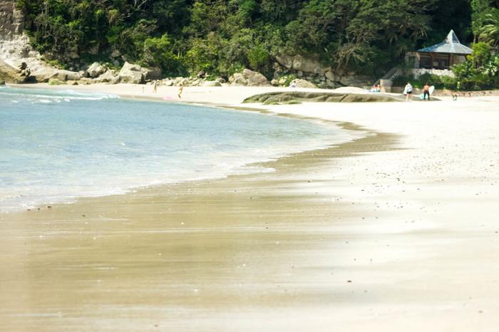 サーフィンやマリンスポーツを楽しむ人々の間で知られる「多々戸浜」。  海の透明度が高く、白い砂浜が特徴です。