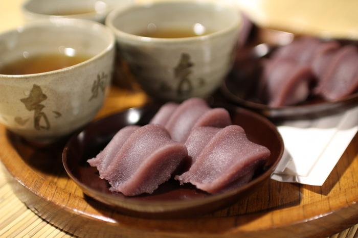 本店でいただく、赤福餅と番茶は格別のお味。
