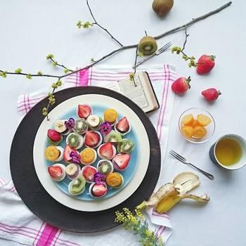 軽くつまめるサイズの和菓子は、大きなプレートに並べて華やかに演出。まるでお花畑のよう♪下に黒のプレートを重ねて引きしめて。クロスなどで、色味を足すと春らしい装いになります。