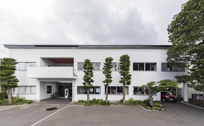 代表作がありすぎて、ご紹介したい建築は沢山ありますが・・・。 まずは、ル・コルビュジエの元から日本へ帰った前川國男氏が、日本で初めて手掛けた「木村産業研究所」。現存する「日本最古のモダニズム建築」の建物は現在、国の有形重要文化財に指定されています。彼が学んだコルビュジエの考え方を、ともかく日本で実現させてみよう、とする意気込みが感じられます。最先端のモダニズムのデザインが施された建物です。