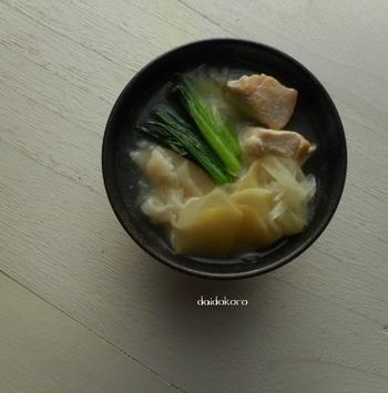 """市販のだしを使わない丁寧なスープです。鶏の旨みとネギ、ごま油が丁寧な味に仕上げてくれます。お好みでニンニクも少しプラスすると本格的な中華スープに!余り物の""""餃子の皮""""でこんなご馳走が出来るんです。捨ててはいけませんね。"""