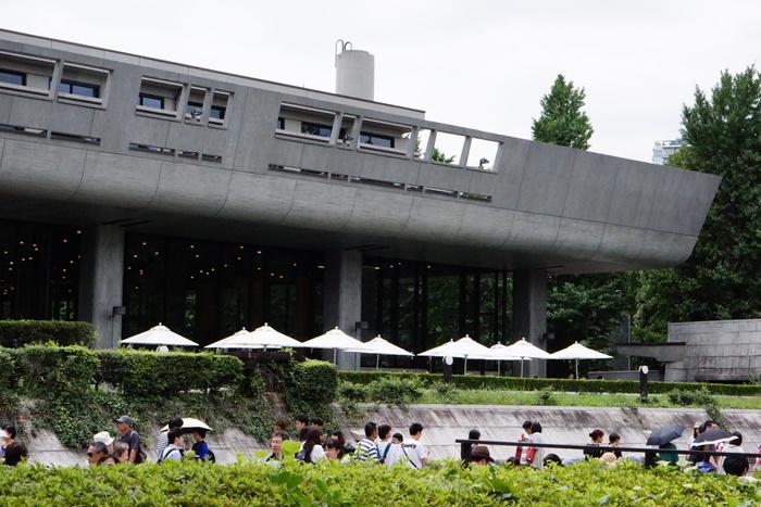 上野駅を出てすぐそこにある上野恩寵公園。曲線の庇がダイナミックな印象を与える東京文化会館は1961年建築の作品です。すぐ前には師であるル・コルビュジエの作品である国立西洋美術館が建っています。前川國男氏は国立西洋美術館の増築部分の設計も手がけており、まるで師弟が力を合わせて創り上げたような一角です。
