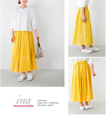 ナチュラルなホワイトシャツに、ヘルシーなイエローカラーのスカートをマッチング。スカートには、贅沢に布を使った広がりのあるシルエットをセレクト。女性らしくトップスにインしても素敵です。