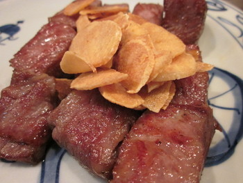 ランチでお肉を食べれば、お昼からパワーが湧きますね。 ガーリックの風味が食欲をそそります。
