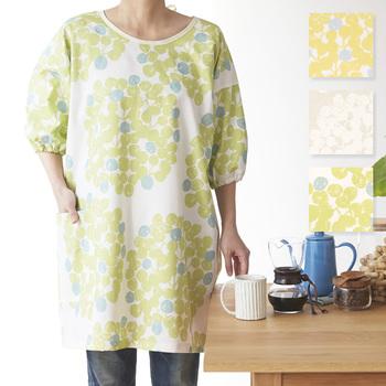 点と線模様製作所の「かっぽう着 Float ー漂うー」は、割烹着とは思えないナチュラルで可愛いデザインです。服をすっぽりと覆ってくれる機能性と、ワンピースにしたくなるような柄が魅力。