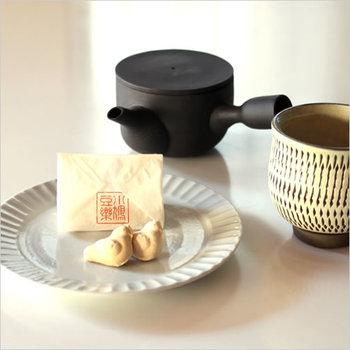和菓子は、包まれている袋も風情を感じるひとつ。せっかくなら袋も演出に使いましょう。手にちょこんと乗る鳥さんの和菓子は、あえて大き目のお皿にのせて可愛らしさを際立てて。