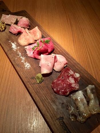 牛肉だけではなく、他のお肉の盛り合わせも品の良い盛り付けで提供してくれます。