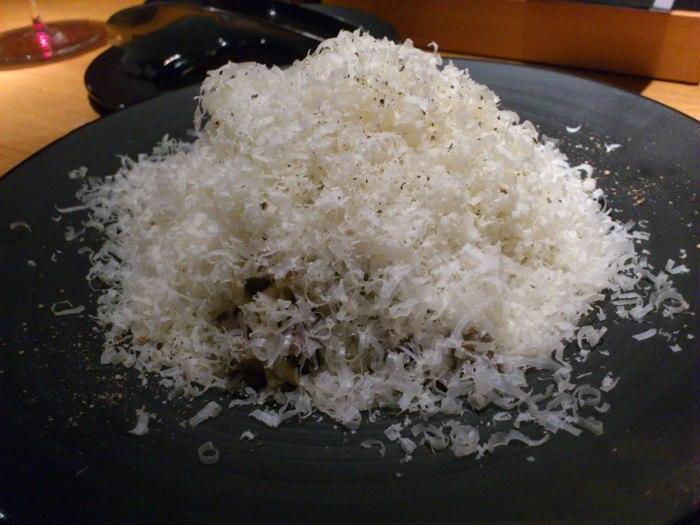 絶対に外せないのが、シメの「肉屋の濃厚な肉パスタ」です!チーズに隠れて見えませんが、ミンチのお肉がたっぷり入ったボリューム満点の一品ですよ。