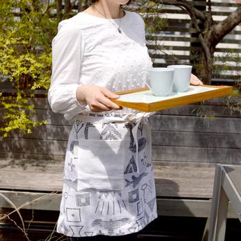 サーナ ヤ オッリのカフェエプロンは、フィンランドの伝統柄をモチーフにしたデザインです。ヘンプ100%で、自然な風合いが楽しめます。