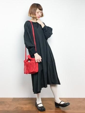 シンプルな黒のワンピースには存在感のある赤のデザインバッグを合わせて。取り入れるのに勇気の入りそうなアイテムではありますが、マンネリしがちなワンカラーのワンピースにはぴったりです。