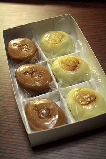 商売繁盛を祝うまつり「ゑびす講」にちなんだゑびす餅。打出の小槌と小判に見立て、風味は黒糖と柚子に仕上がっています。