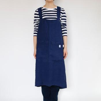 「LINEN TALES(リネンテイルズ)」のリネンエプロンは、すっぽりとかぶるタイプです。リラックスして着ることができて、疲れにくいのが特徴です。リネンなので洗濯にも強い素材です。