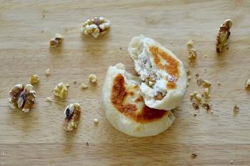 発酵いらずで、手軽に焼き立てパンを!生地を平たくして焼くと、均一の焼き色がつき、サクッとした食感と香ばしさがアップします。