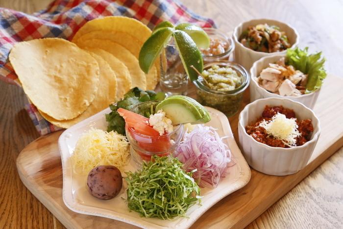 少人数でのタコスパーティーでは、小皿をたくさん使ったこんな盛り付けがおすすめ。トルティーヤチップスも添えれば、会話がもっと盛り上がります。