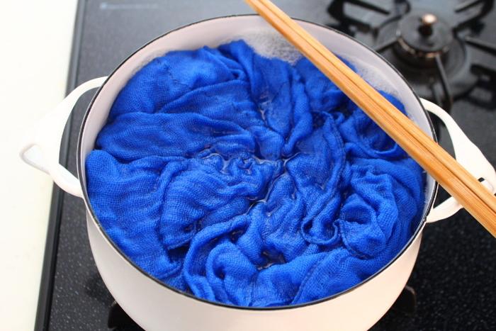 「煮洗い」の手順に難しいことはありません。基本的にはお鍋に水をはり、重曹や洗剤を入れて洗うものをグツグツ煮るだけ。