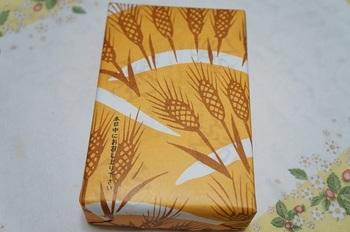 その季節ごとの紋様を楽しめるので、手土産などにすると、より特別感があっていいですね!楊枝包みも毎月変わり、季節の模様を楽しめます。