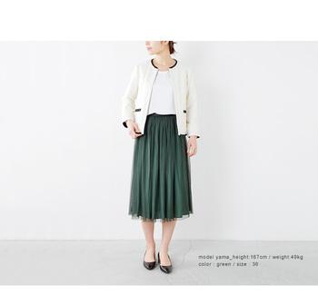こちらは深みのあるグリーンのスカートを主役に。きれいめなコーディネートにはもってこいのアイテム。女性らしいクラシカルなジャケットと合わせて、品の良いあか抜けコーデの完成です。