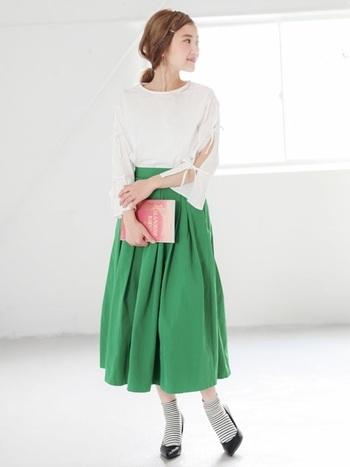 少し長めなグリーンのスカートと、ボーダーの靴下の絶妙なバランス感が素敵。さりげない肌見せは女性らしい華奢さを演出できます。スカートはオンにもオフにも使えそうなアイテムなので、クローゼットにひとつあると重宝します!
