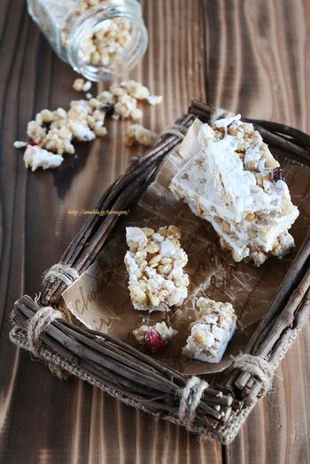 こちらはチョコレート無しのレシピ。マシュマロをつかったグラノーラバーをブロックに。ちいさめのサイズ感は食べやすくていいですね。チョコレート以外にもドライフルーツなどで色をプラスするとより楽しめます。