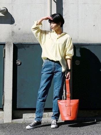ゆったり春色シャツ×ジーンズ。オーバーサイズのシャツは前だけインの定番アイテムです。襟元は後ろに抜けさせて、袖口はターンバックさせて、こなれ感を演出するのがポイントです。
