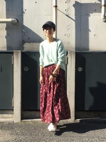 ゆったり春色ニット×ロングスカート。たっぷりギャザーのスカートは、前だけインでフロントのウエストをすっきりとさせるのがバランス良く仕上げるコツです。