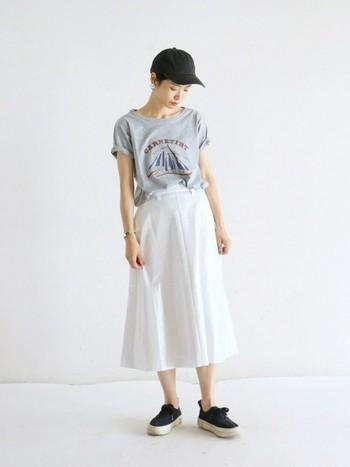 ロゴTシャツ×フレアスカート。カジュアルなロゴTシャツにレディーなスカートを合わせたミックスコーデ。トップとボトムの分量がバランス良くまとまっています。