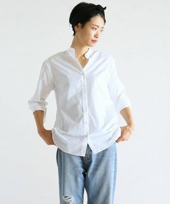「タックアウト」は、トップスの裾をボトムに入れず、外に出す着方のことです。リラックス感が出てカジュアルな印象を与えます。