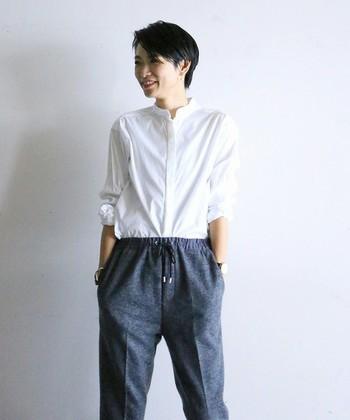 「タックイン」とは、トップスの裾をボトムに入れて着ることを言います。きちんとした印象を与えたり、清潔感を感じさせる着こなしです。
