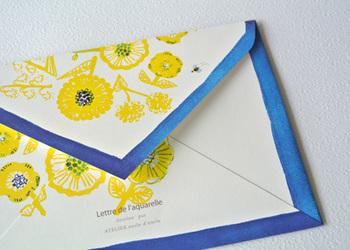 封筒は、便箋とセットになったレターセットをよく見かけますが、便箋を入れるだけでなく、もっといろいろな使い方ができます。封筒が余っている時はもちろん、自分で思うままに作ることもできますので、アイディアを膨らませて楽しく活用してみましょう。