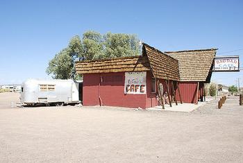 映画「バグダッド・カフェ」では、カフェの常連の老画家がトレーラーハウスに住んでいました。砂漠とモーテル、そしてトレーラーハウス。この風景は、映画の公開から25年以上たった今も、観光名所として保存されているそうです。他にも「ギルバート・グレイプ」「ブロークバック・マウンテン」など…映画の中でトレーラーハウスを目にした人も多いのでは?