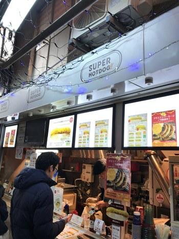 お店の名に恥じぬほど、具だくさんでなおかつソーセージのボリュームも満点の、まさにスーパーなホットドッグが食べられるお店です。