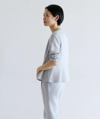 ペプラムブラウスなどの裾にデザインや特徴があるものや、チュニック丈のものなどはタックアウトさせて着るのが基本です。