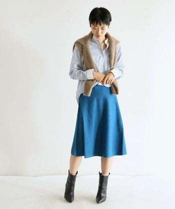 クレリックシャツ×フレアスカート。かっちりしたデザインのシャツは、前だけインすることで、きちんとした中にラフさが加わり、余裕のある着こなしになります。