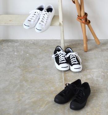 また、毎日のスニーカーのお手入れとして、1日履いた後は、ブラシで汚れや挟まった砂などを取り除いておきます。スニーカーの場合も革靴と同様、1日履いたら2日は休ませるようにして、同じ靴を連続で履かないようにすると、体の重さや汗で歪んでいた靴が回復するそうです。