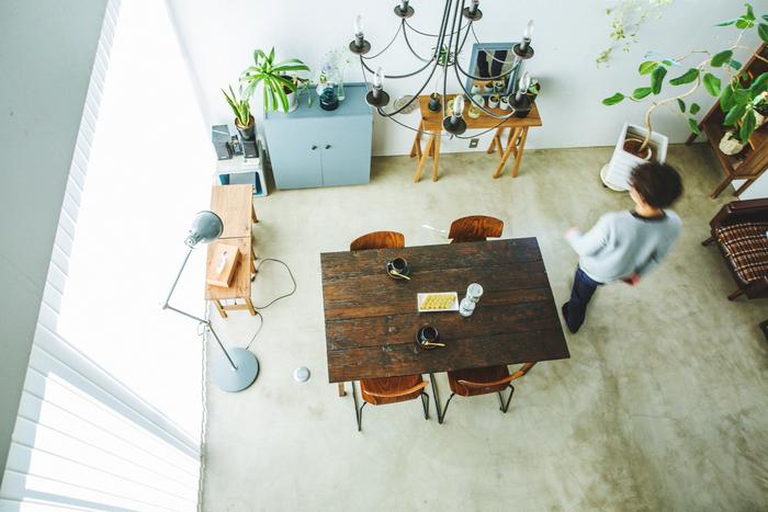 部屋左奥のグレーの棚は、テーブルの後に制作した初期の作品で、もとは緑だったものを塗り直したのだそう。ニュアンスのある自分好みの色味は、ハンドメイドならでは。既製品ではなかなか出合えません