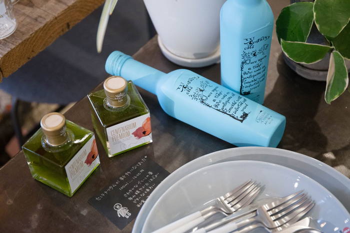 """オリーブオイルソムリエの土上明子さんセレクトの2品。""""センテリウム新物""""は、爽やかな若い香りで、和食やスイーツにも使える万能オイル。また""""冷燻オリーブオイル""""(ブルーボトル)は、カルパッチョなど魚料理との相性がよく、すぐに完売してしまう人気商品です。"""