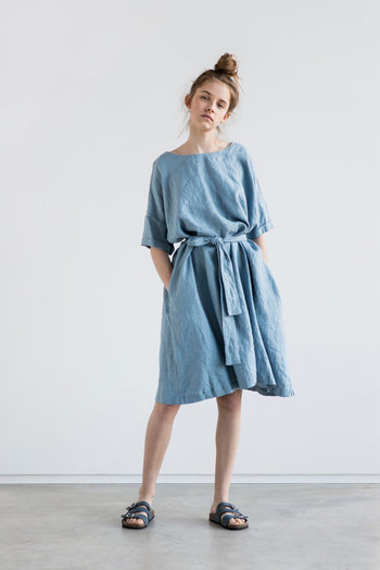 これからの季節は涼しげで着心地も良いワンピースが着たくなります。リネン素材のワンピースならしわも気にせずに着られて便利です。おうちにいる時は1枚で、お出かけの時はベルトでウエストマークすると素敵ですね。きれいなブルーなら気分もすっきり過ごせそう。