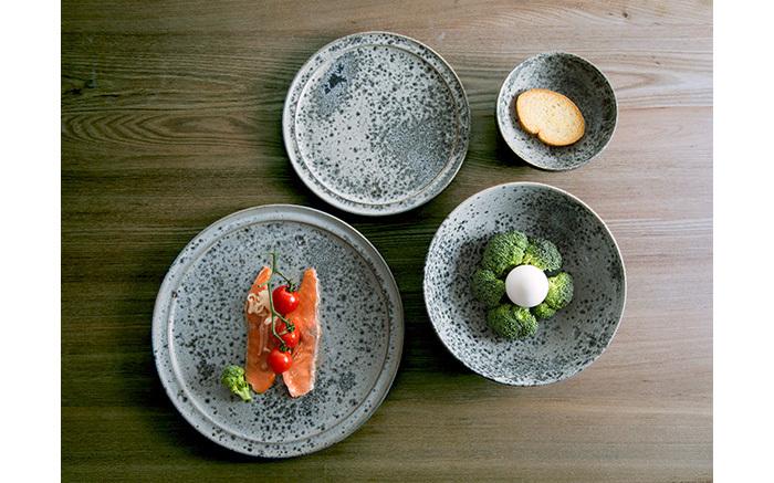 グレーの食器の人気のさきがけとなったのが、世界一と呼ばれるコペンハーゲンのレストラン「noma」。おしゃれで品が良く、食材の美しさを損なわない盛り付けが話題になりました。