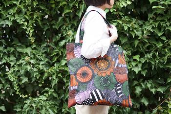 「Pieni Siirtolapuutarha」(ピエニ シイルトラプータルハ)は「市民菜園」という意味。ナチュラルなお洋服にもぴったりです。オレンジをベースとした色は、秋のお出かけに持ちたくなります。