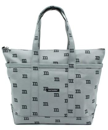 マリメッコのブランドイニシャルのロゴがプリントされた日本限定トートは、街でも注目されそうです。  爽やかなグレーが新鮮ですね。
