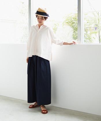日常着にもお出かけにも両方使えて便利な「ワイドパンツ」。着心地が良い上質な素材を選んで「楽だけどおしゃれ」を目指しましょう。気持ち良い風が通り抜けるようなブラウスを合わせて大人の着こなしに。