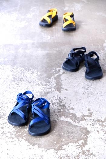 日常生活から様々なレジャーシーンまでカバーするサンダルを作ることをポリシーに開発に力を注いでいて、足専門認定医師の協力のもと、安定性とサポート性を大切にしたデザインになっています。