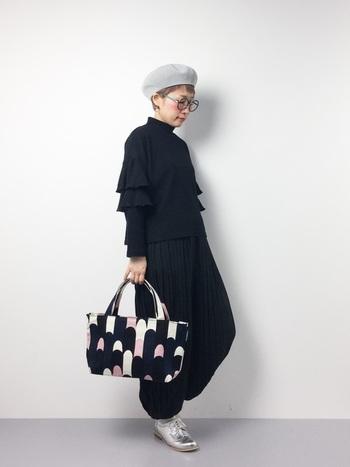 """「Ritari」(リタリ)は""""騎士""""という意味。カラフルな配色のバッグは、モノトーンスタイルのポイントに。"""