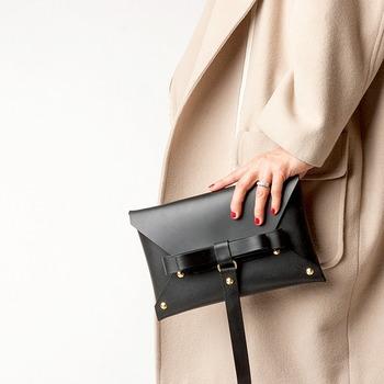 高級感あふれる本革のクラッチバッグ。 なんでも入る大きめのサイズも実用的。