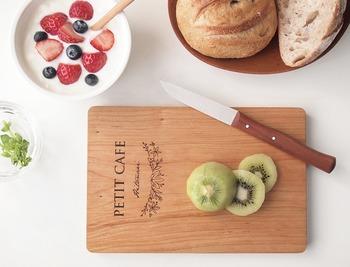コンパクトながらも全面が使えて、便利なカッティングボード。 キッチンの雰囲気もおしゃれになりそう。