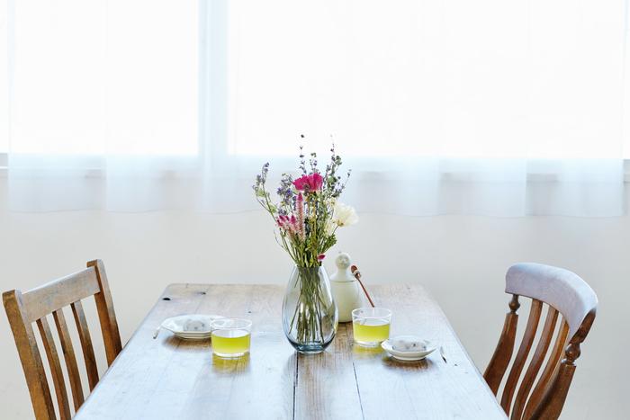 """""""お母さんのために""""と思うなら、やはり""""家族が集まる場所""""に置くのが一番かもしれません。 ティータイムや食事を楽しむ【ダイニング】に飾ってみるのはどうでしょう。  たとえばこんな、和スイーツを用意した午後3時のダイニングテーブル。 お洒落なカフェのような雰囲気に、いつもよりきちんとお茶を淹れようかな?なんて気分になりそうです。"""