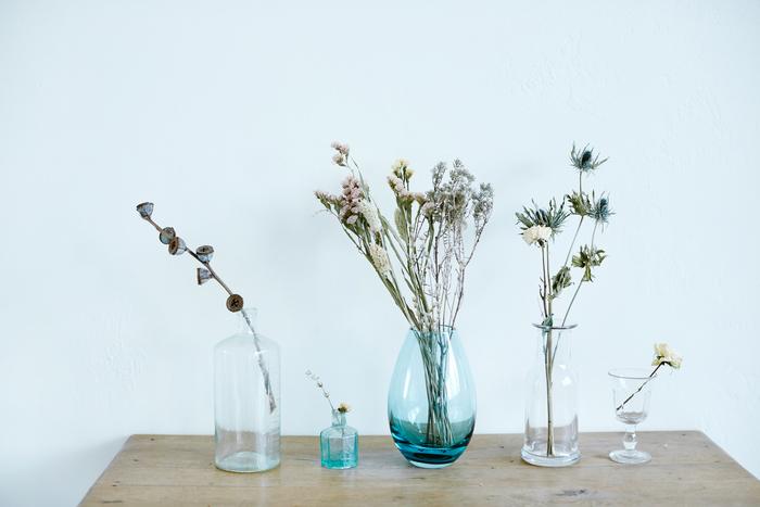 花器を中心に、いろんなボトルや花瓶を並べて。 アンティークなボトル、ガラス瓶…。他の花瓶と合わせても相性の良い花器。 花を生ける楽しさも感じるひと時になりそうです。  次はドライフラワーをおうち中に散りばめてみましょう。