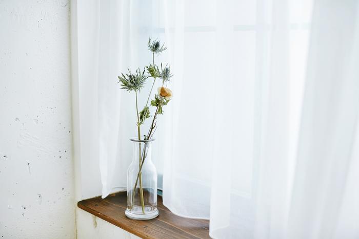 小さなカラフェに2輪挿したら、窓辺へ。洗面所や玄関など、小窓にも飾りやすい大きさです。