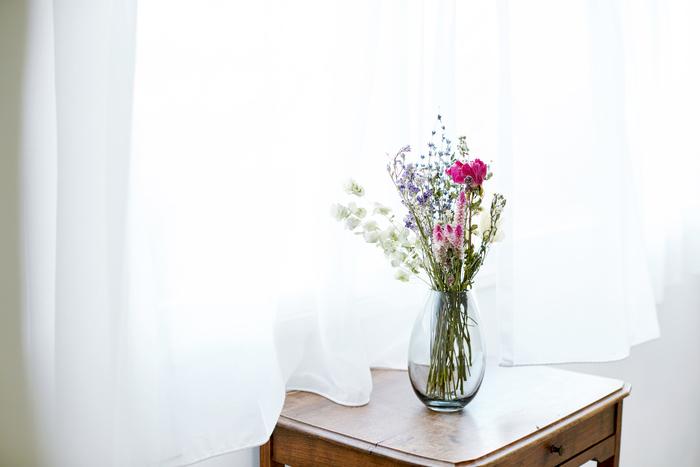 ドライフラワーをより長く楽しむために、注意点があります。  ・直射日光は色褪せの原因となりますので、長時間日光に当てるのは避けましょう。 ・湿気やほこりに弱いので、風通しの良い場所に飾りましょう。 ・花が衝撃によって落ちてしまうことがあります。お手入れの際にはそっと優しく触れましょう。  保存状態が良ければ、約半年ほど楽しめます。神経質にならない程度に、気をつけてみてくださいね。